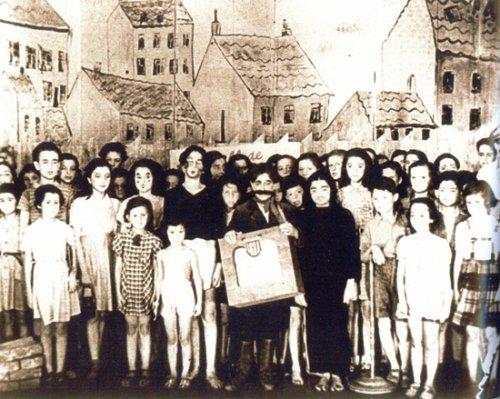 """фотография исторической постановки оперы """"Брундибар"""" 1944 года в концлагере Терезин"""