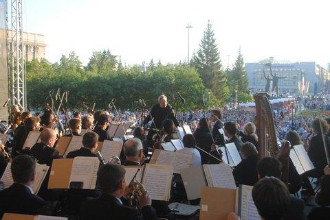 В рамках традиционного фестиваля «На ступенях» шесть концертов состоятся на площадке перед Камерным залом филармонии, два пройдут в Академгородке – на ступенях ДК «Академия» и ДК «Юность».